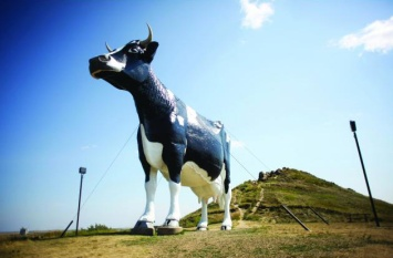 Salem Sue, the World's Largest Holstein Cow in Salem, North Dakota. Road tripping with the kids: why drive when you can fly? Travel. Family. North Dakota.